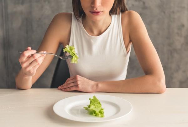 Svelte jeune femme mangeant de la laitue
