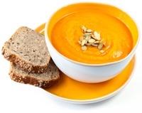 Soupe, pain et graines de citrouille
