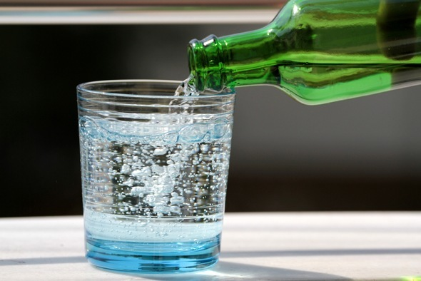 L'eau pétillante étant versée dans un verre