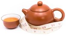 Théière, tasse à thé et ruban à mesurer