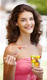 Adolescente, manger, fruit