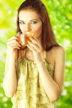Femme réfléchie, boire du thé