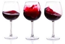Trois verres à vin rouge