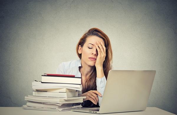 Fatigué de femme assise à son bureau