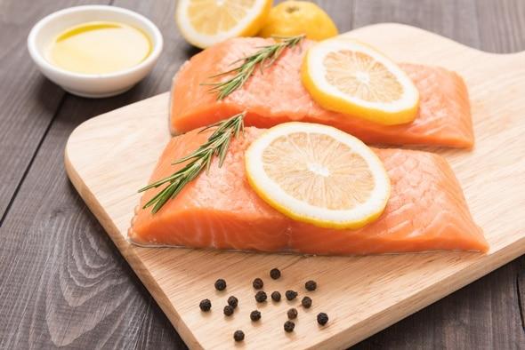 Deux filets de saumon et tranches de citron