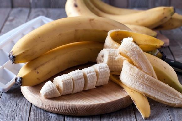 Bananes entières et tranchées à bord