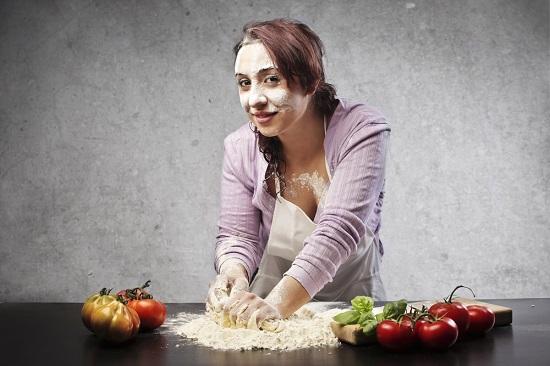 Femme, cuisson, à, farine