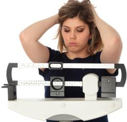 Femme préoccupée par son poids