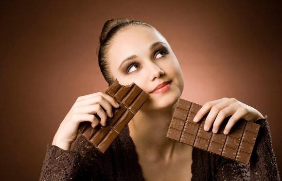Femme envie de barres de chocolat