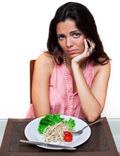 Femme mangeant un repas faible en gras