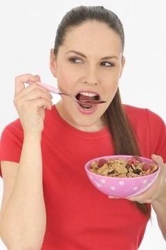 Femme, manger, céréales