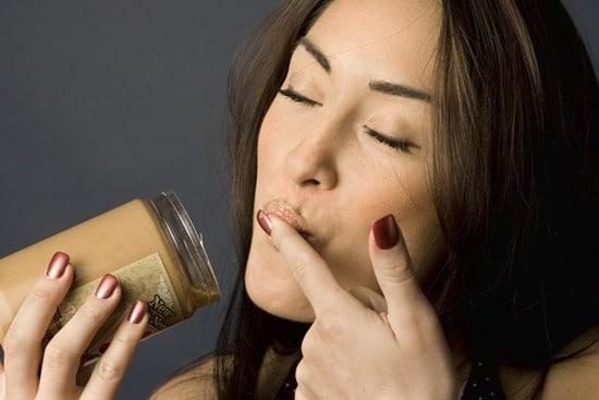 Femme appréciant le beurre d'arachide