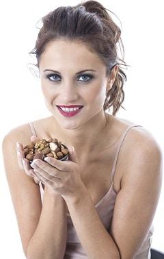 Femme tenant un petit bol avec des noix