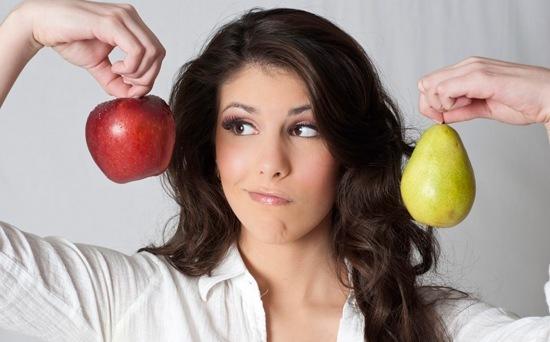 Femme tenant une pomme et une poire