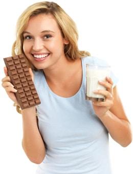 Femme tenant du chocolat et du lait