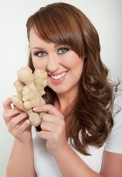 Femme tenant du gingembre frais