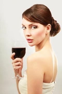 Femme en robe blanche, boire du vin rouge