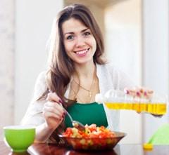 Femme, verser, huile végétale, sur, salade