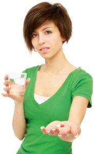 Femme sceptique à propos de la prise d'une pilule