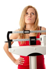 Femme debout sur l'échelle frustrée