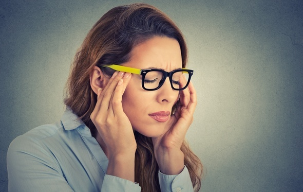 Femme stressée avec les yeux fermés