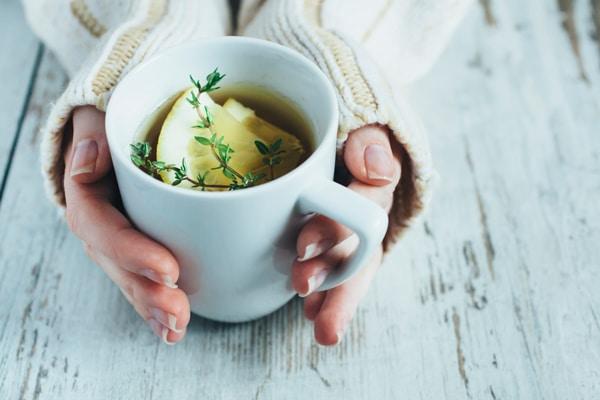 Femme, réchauffer les mains, sur, tasse thé