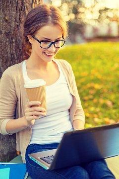 Femme, à, café lecture, sur, ordinateur portable