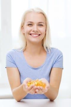 Femme aux mains pleines de capsules