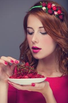 Femme, à, cheveux rouges, manger baies