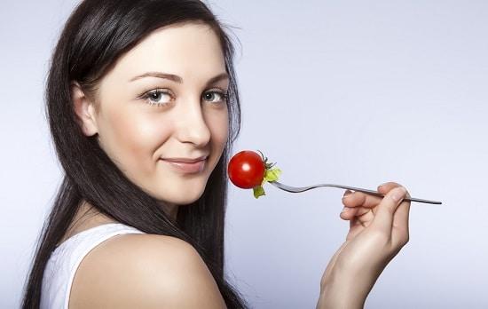 Femme, à, tomate, sur, fourche