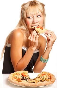 Jeune femme blonde, manger, pizza