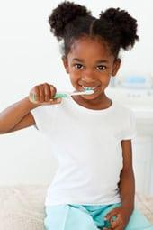 Jeune fille se brosser les dents