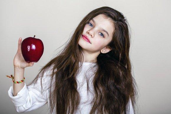 Jeune fille, tenue, pomme
