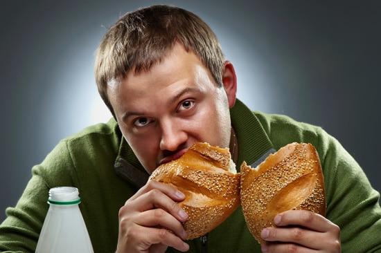 Jeune homme, manger pain