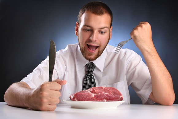 Jeune homme, manger, viande crue