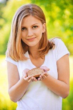 Jeune femme, tenue, a, tranche pain