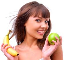Jeune femme tenant une pomme et une banane, plus petite