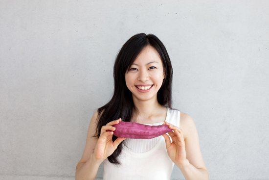 Jeune femme, tenue, patate douce