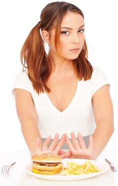 Jeune femme disant non à la malbouffe