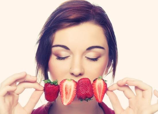 Jeune femme, sentir fraises