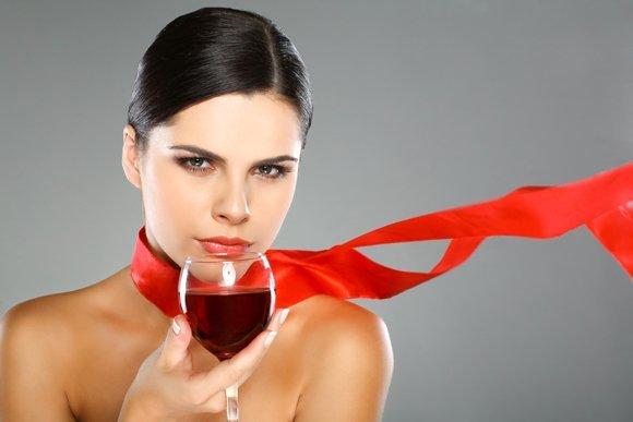 Jeune femme, à, verre vin rouge