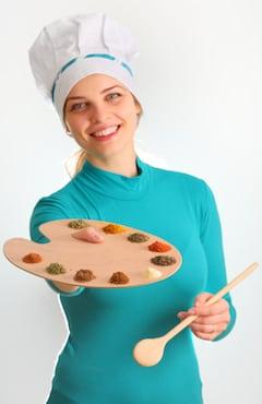 Jeune femme avec plusieurs épices différentes